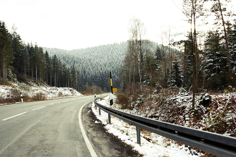 Straße auf dem Weg zum Wurmberg im Harz