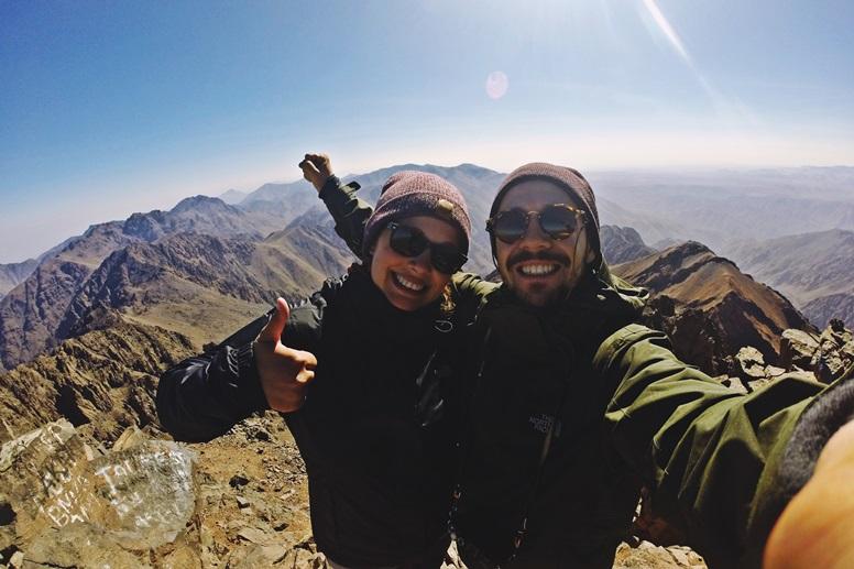Lynn und Miguel auf einem hohen Berggipfel