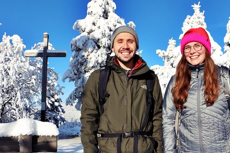 Miguel und Lynn vor dem Gipfelkreuz des Wurmbergs