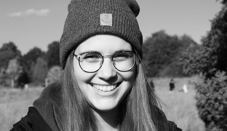 Portrait von Lynn in Schwarz-Weiß