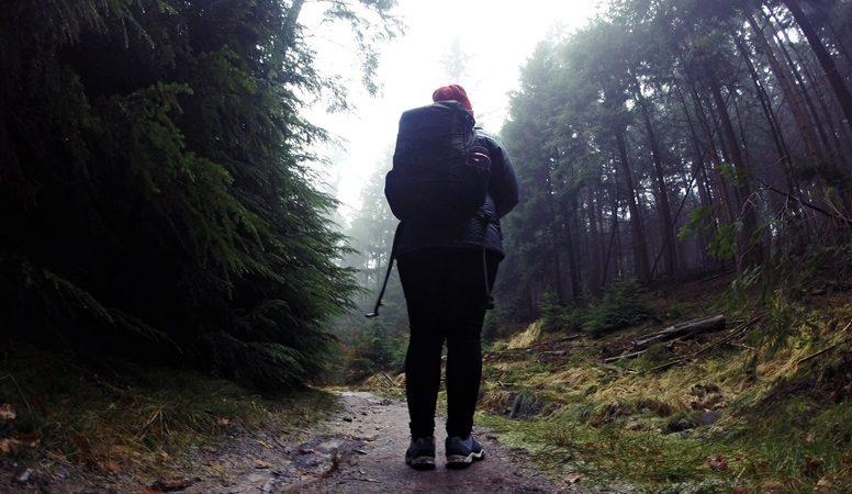 Lynn steht auf dem Wanderweg zum Hasselbrack, dem höchsten Berg Hamburgs