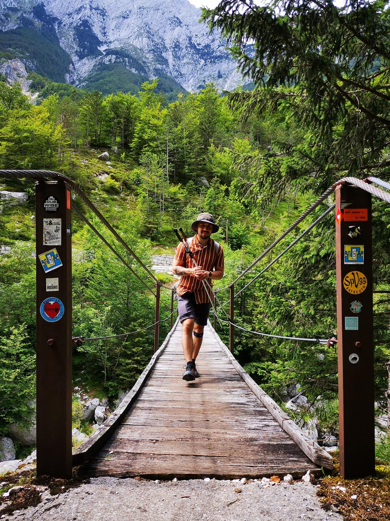 Miguel beim Überqueren einer Hängebrück auf der Wanderung des Soča Trails