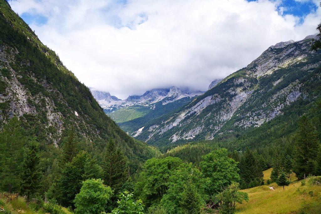 Blick auf den verdeckten Triglav auf der Wanderung des Soča Trails
