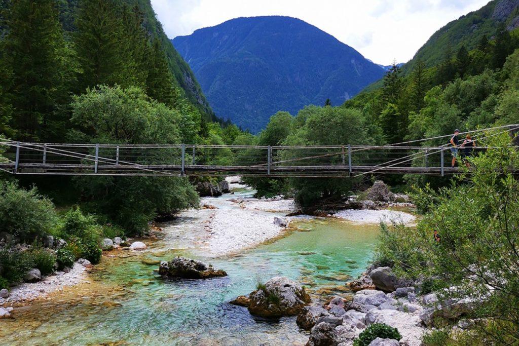 Hängebrücke gespannt über den Soča Trail
