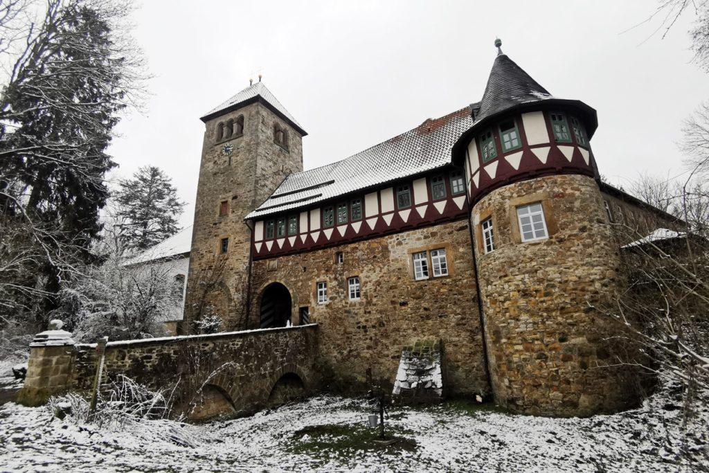 Die historischen Mauern der Burg Wohldenberg im Schnee