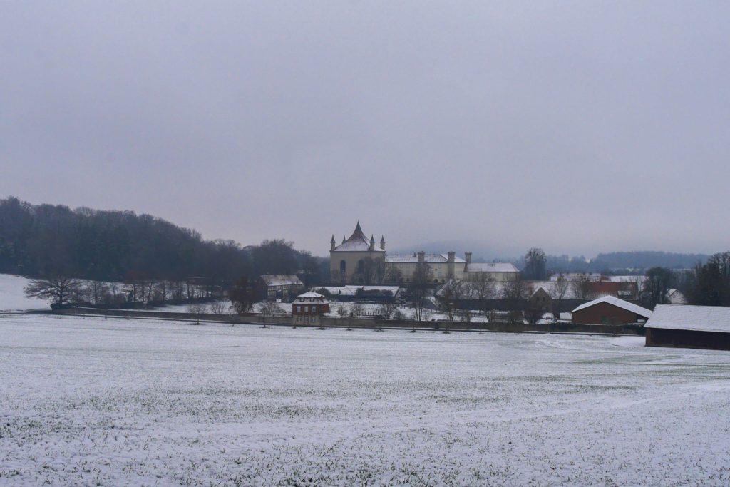 Panoramablick auf das Schloss Derneburg
