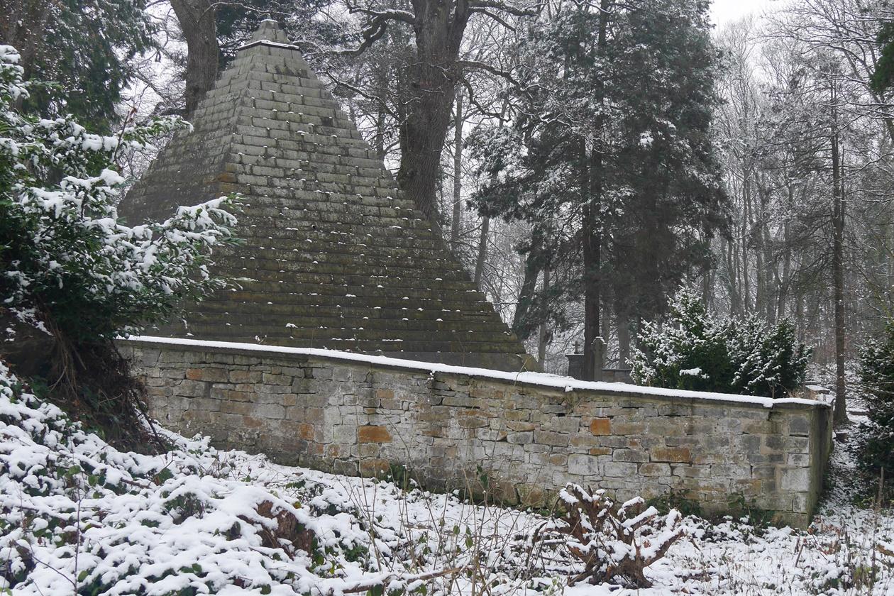 Laves Pyramide von hinten